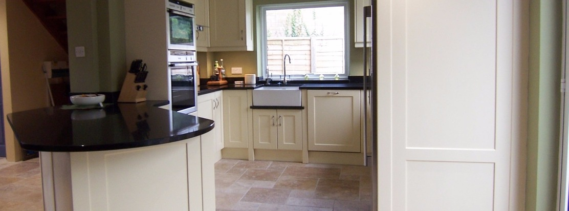 Hand-made Shaker kitchen by Furniture & Design of Oxford