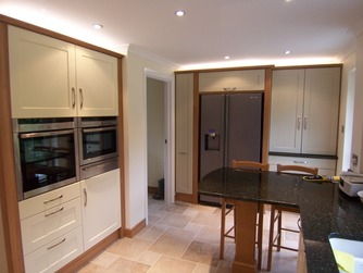 Bespoke Shaker kitchen with peninsula